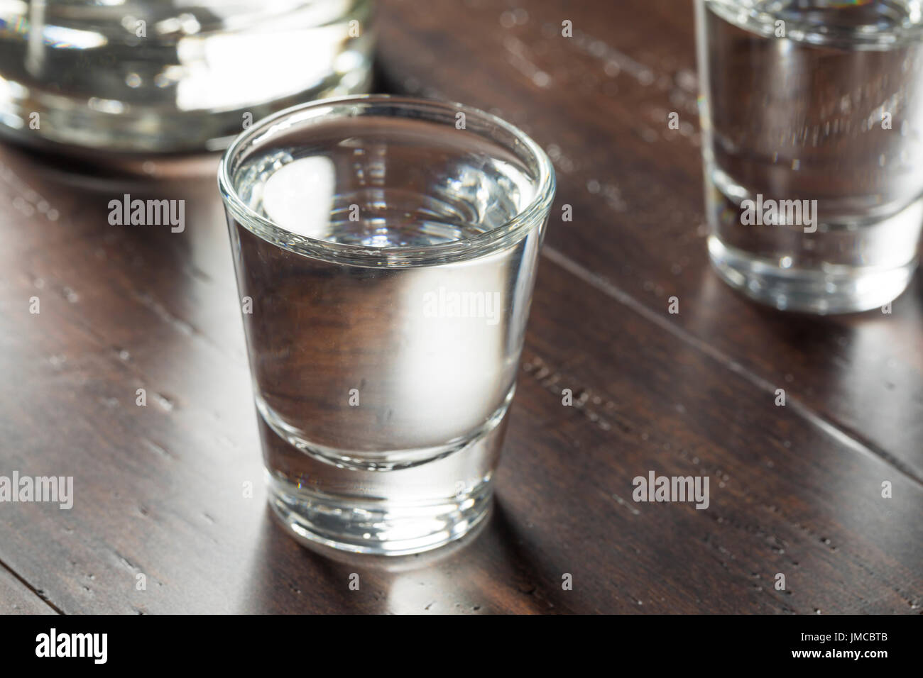 Effacer les coups de vodka russe prêt à boire Photo Stock