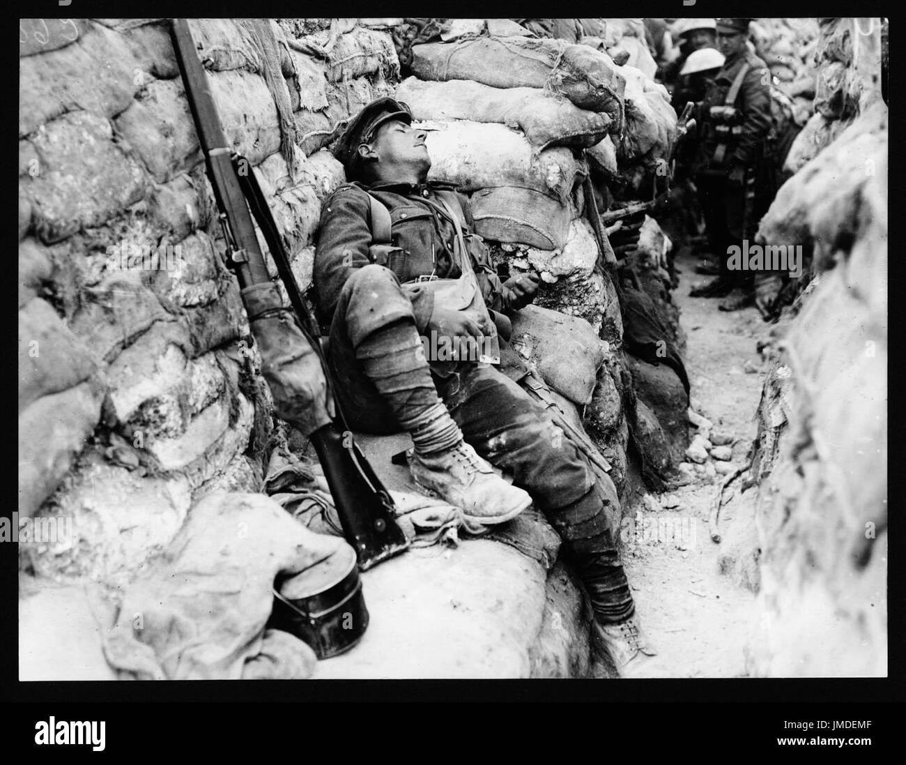 Camarades du soldat l'observant qu'il dort, Thievpal, France, au cours de la Première Guerre mondiale Photo Stock