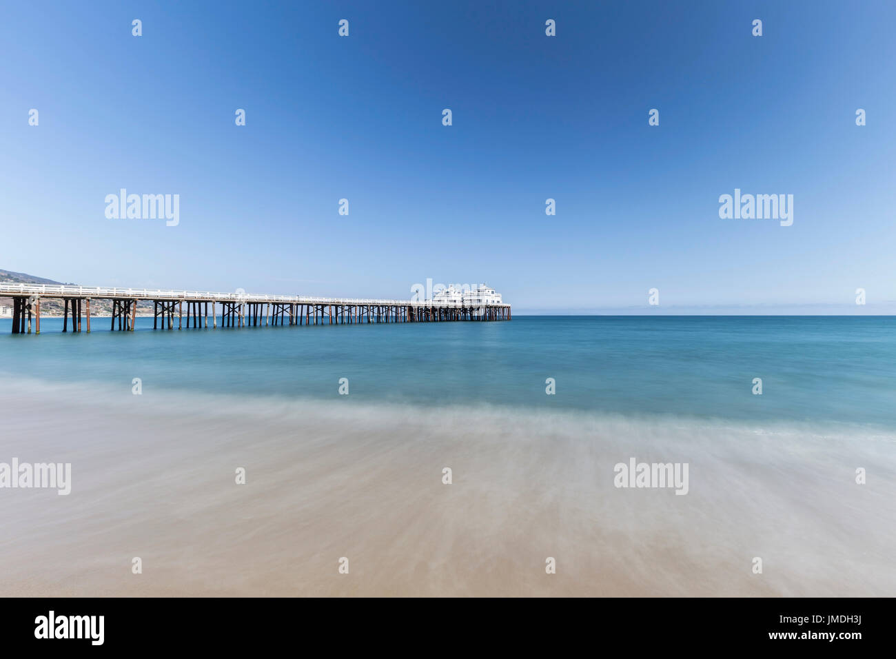 Malibu Pier avec le flou de l'eau près de Los Angeles en Californie du Sud. Photo Stock