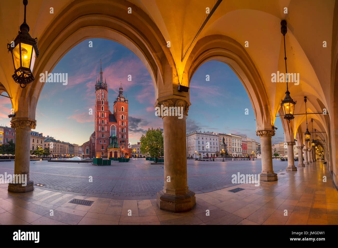 Cracovie. Droit de place du marché de Cracovie, Pologne pendant le lever du soleil. Photo Stock
