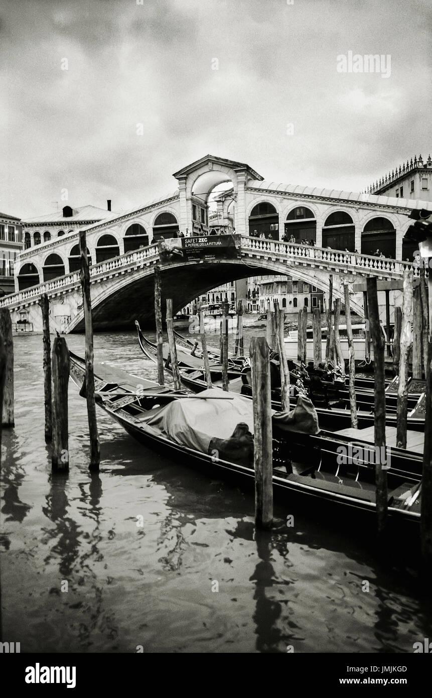 Droit du pont du Rialto à Venise, Italie. date: 03/2010. photoghrapher: xabier mikel laburu van Woudenberg. (*Image prises dans b/w film ie: ISO 800 et numérisé sur un Epson V700) Photo Stock