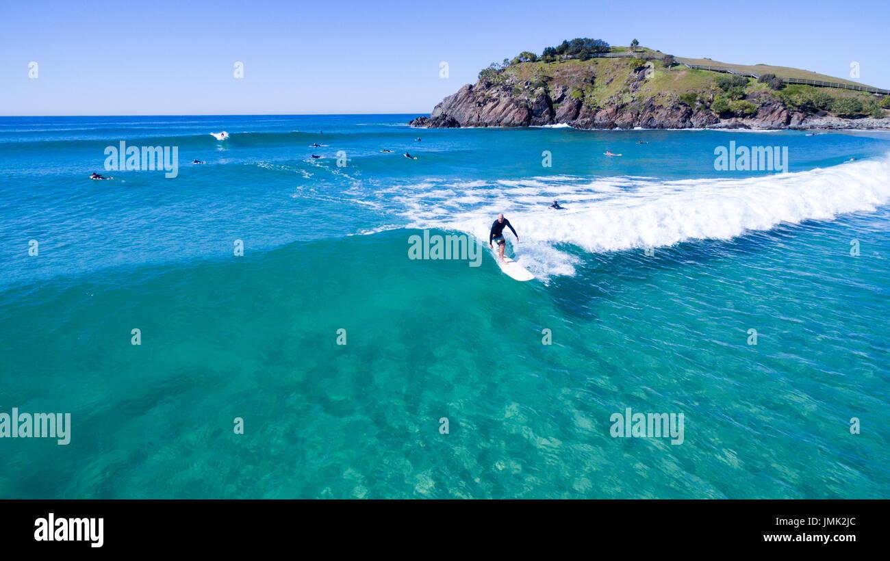 Surf surfeurs sur l'eau claire. Photo Stock