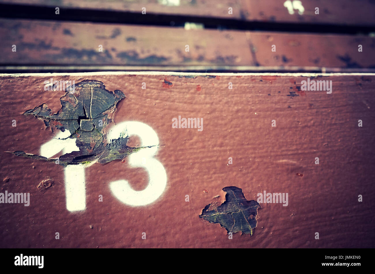 Numéro treize peint sur un vieux fauteuil en bois, image conceptuelle avec l'exemplaire de l'espace sur la droite. Photo Stock