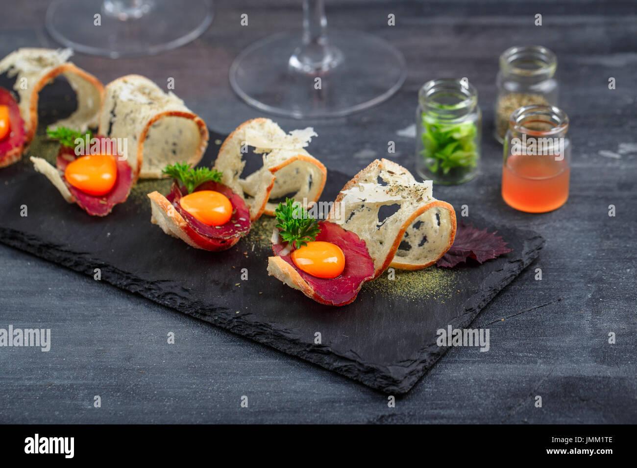Viande sur du pain croustillant avec œuf et fromage parmedgano Photo Stock