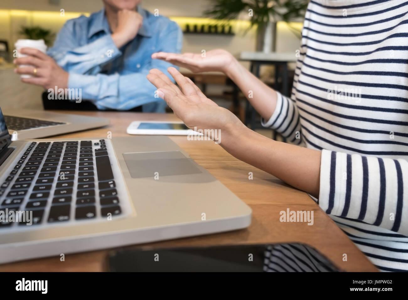 Équipe de création travail. jeune homme d'affaires travaillant avec projet de démarrage graphique analyser les plans et discuter au bureau de l'espace de réunion de remue-méninges, concept Photo Stock