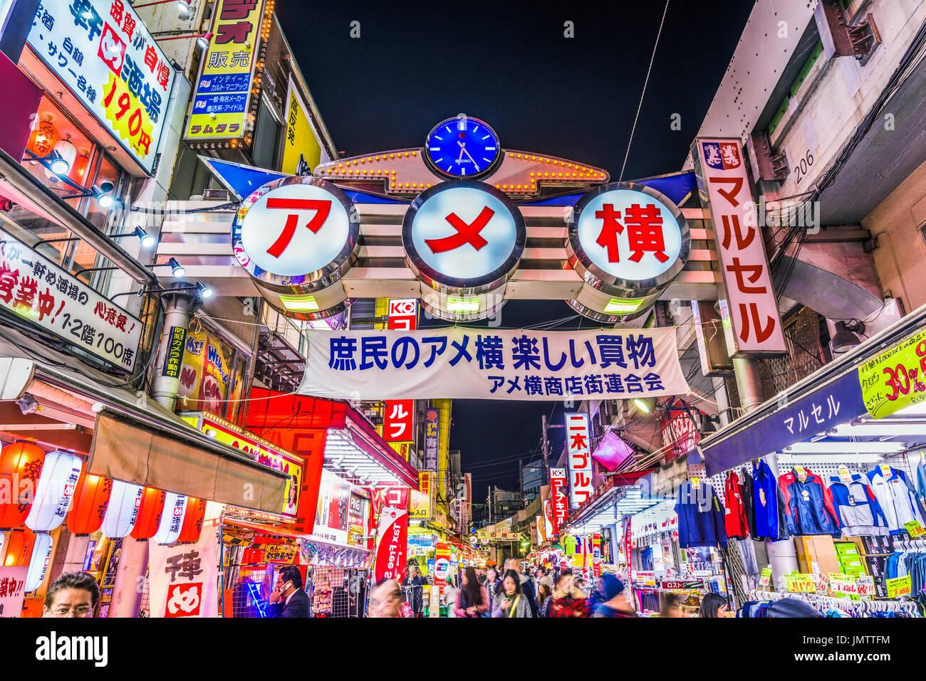 TOKYO, JAPON - 28 décembre 2015: la foule à Ameyoko quartier commercial de Tokyo. La rue était l'emplacement d'un marché noir dans les années qui ont suivi la Photo Stock