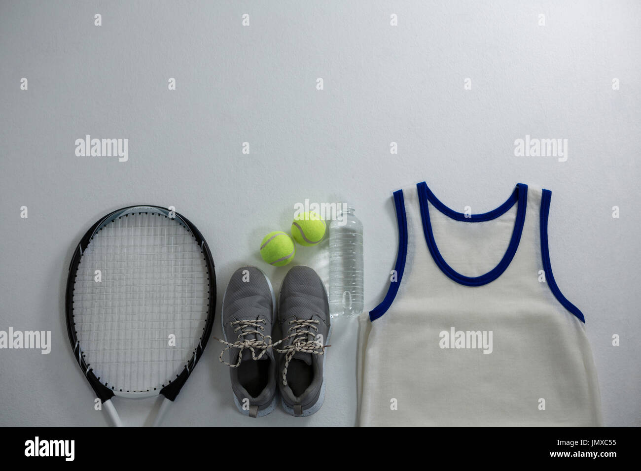 Avec raquette balle et la chaussure de sport par vest sur fond blanc Photo Stock