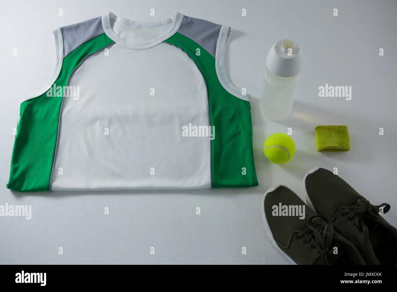 Portrait de veste par bouteille et la chaussure de sport sur blanc backgorund Photo Stock