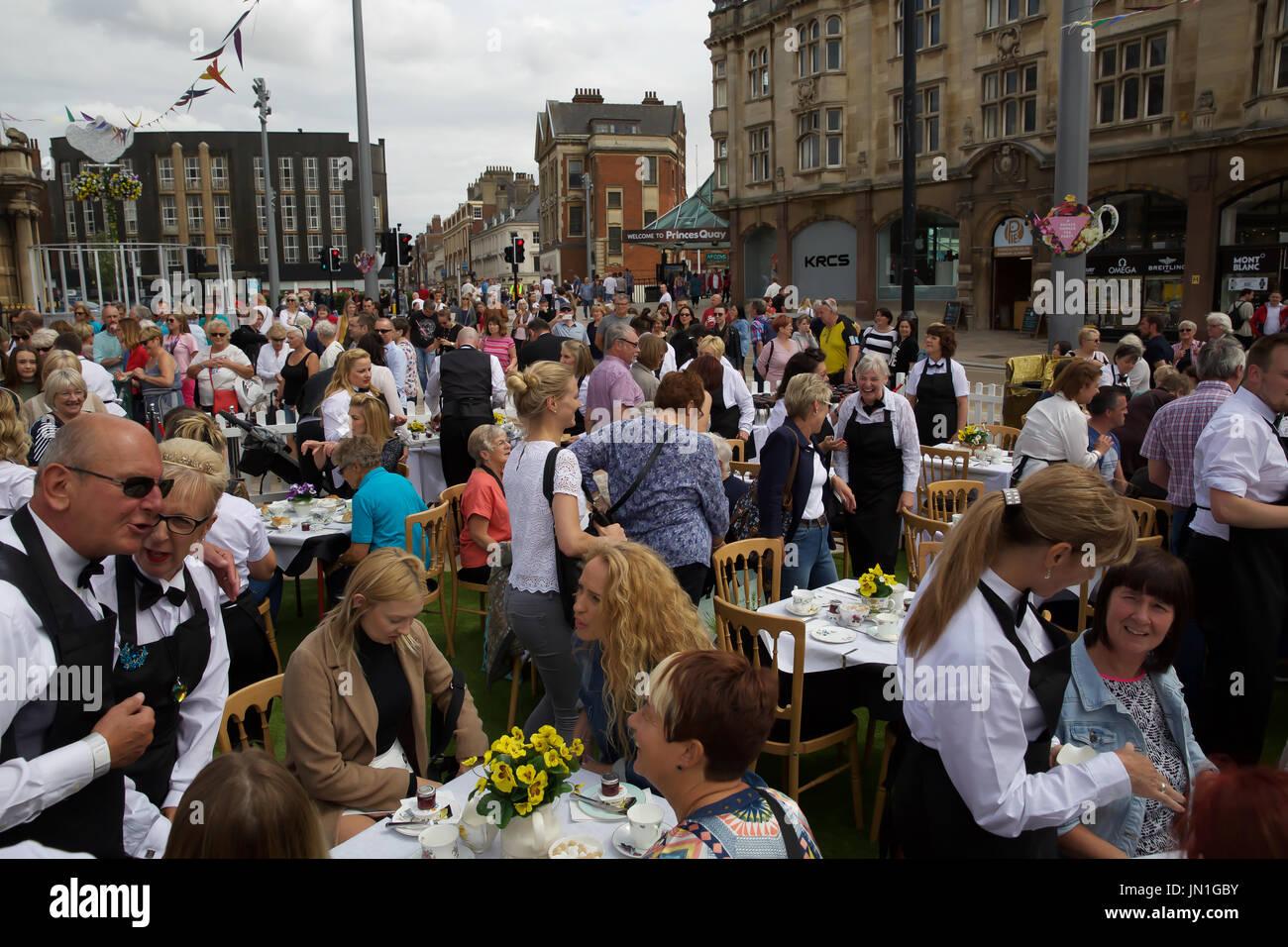 Hull,UK,29 juillet2017,UN Duckie Summer Tea Party a lieu dans le cadre de la Coque 50 LGBT. Amy MC Lamé et ses serveurs servir le thé pour les gens de Hull à l'extérieur de l'Hôtel de Ville. La musique a été fournie par Londres Gay Big Band©Keith Larby/Alamy Live News Banque D'Images