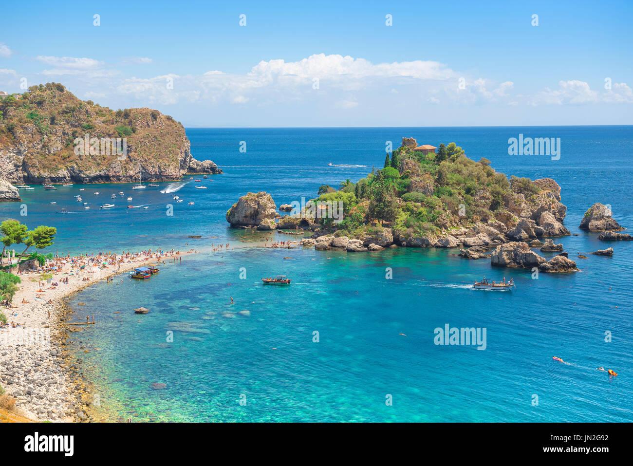 Isola Bella la Sicile, la plage de Mazzarò, près de Taormina, Sicile, montrant la petite île connue sous le nom d'Isola Bella - belle île. Photo Stock