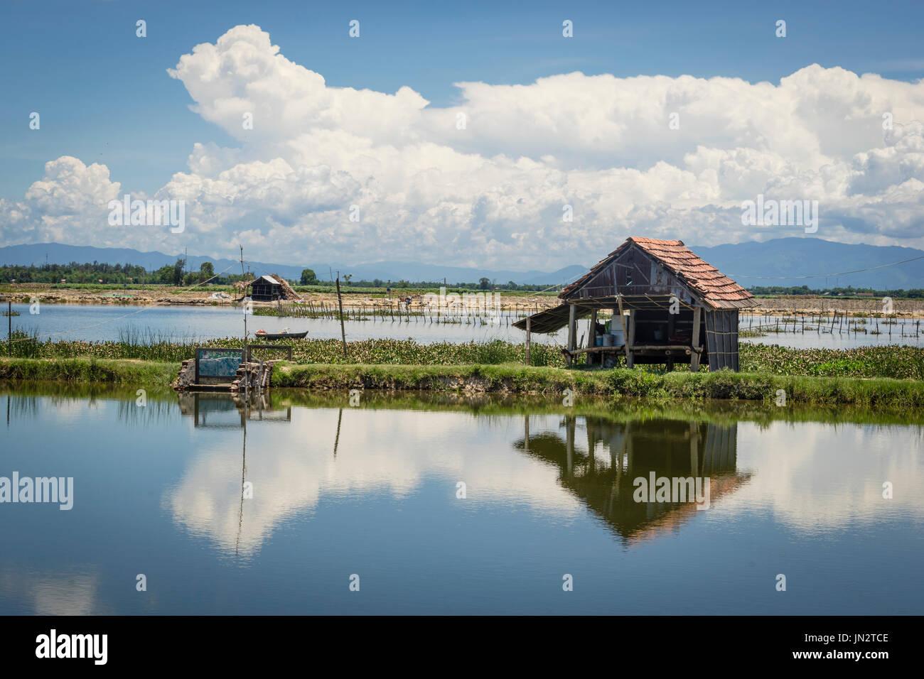 Cabanes rustiques dans la zone de pêche le long de la rivière Thu Bon en vietnamien campagne près de Hoi An Photo Stock
