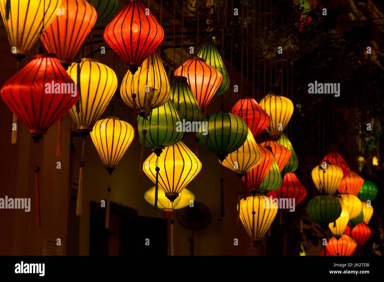 Lanternes de soie colorés brillants dans la soirée à Hoi An, Vietnam, connu pour ses dessins de lanterne Photo Stock