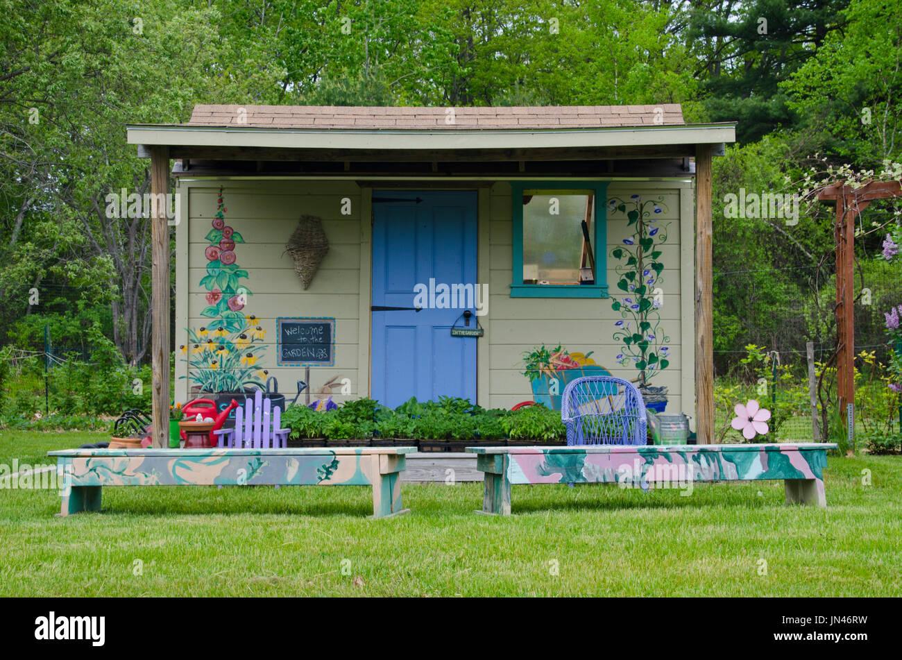 abri de jardin peint en couleur avec des peintures murales dans un jardin communautaire. Black Bedroom Furniture Sets. Home Design Ideas