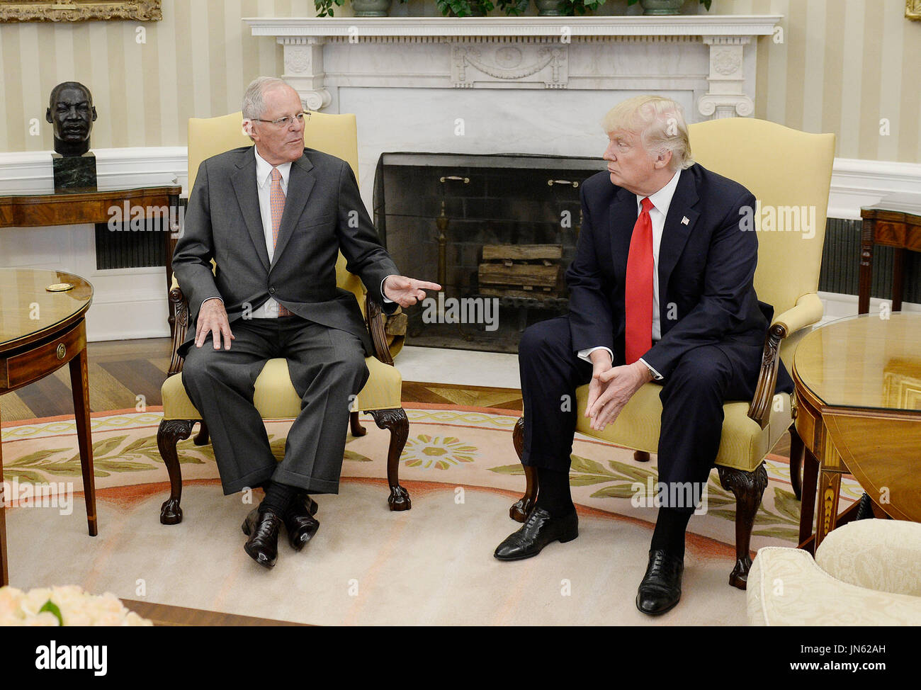 le pr sident des etats unis donald trump droite rencontre le pr sident pedro pablo kuczynski. Black Bedroom Furniture Sets. Home Design Ideas