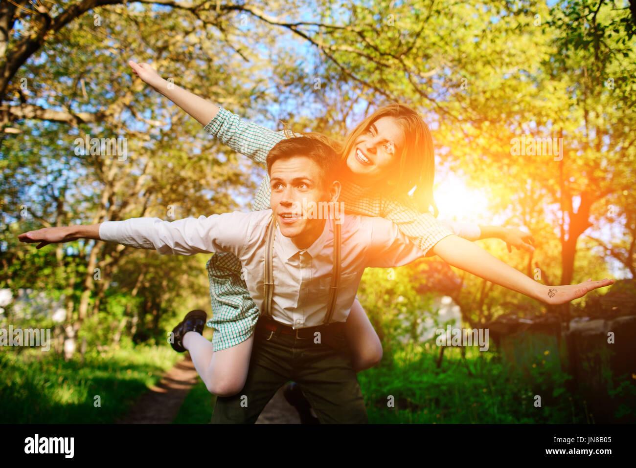 Portrait of happy couple lèvent la main en plein air. Photo Stock