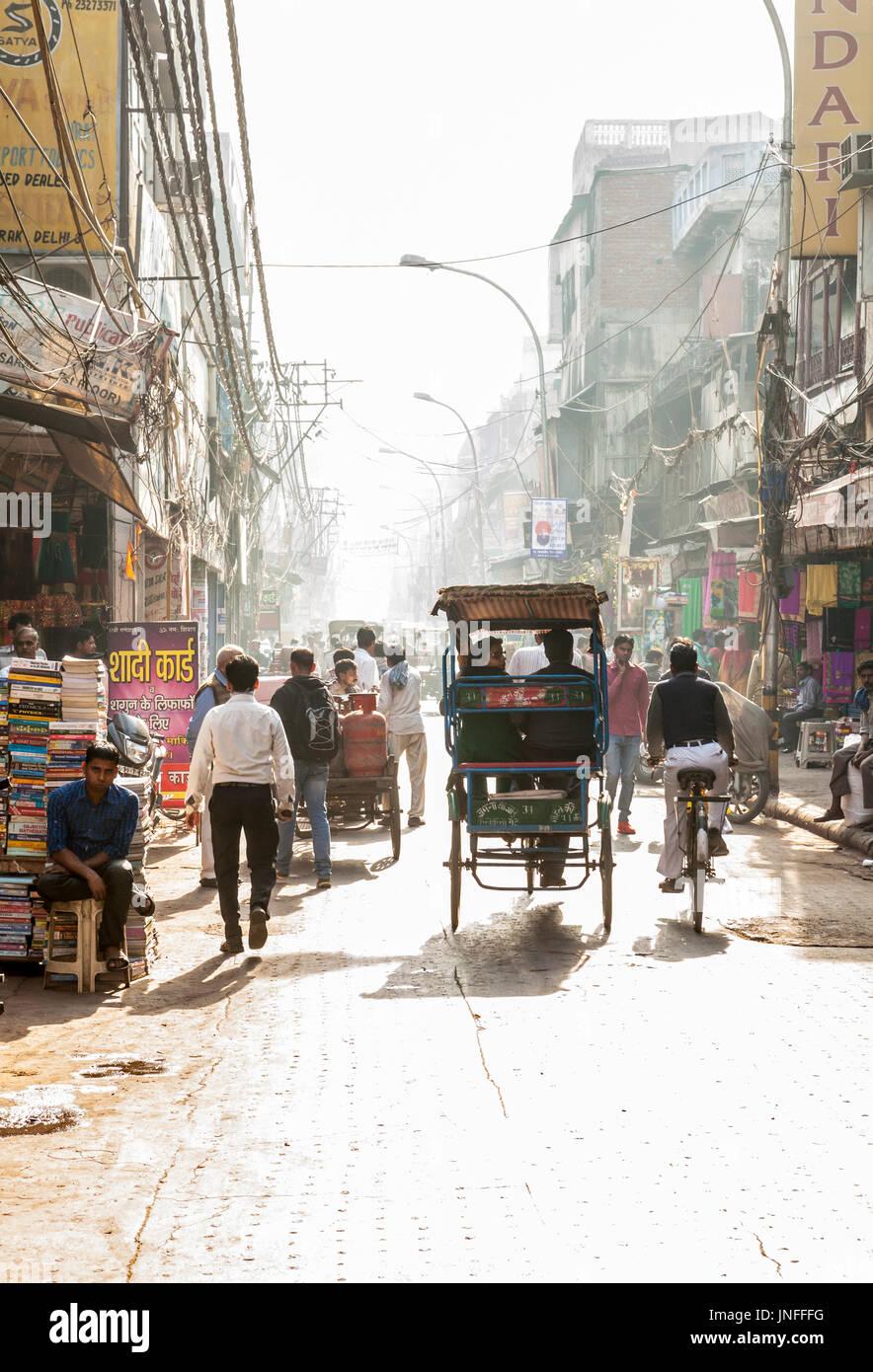 Une scène de rue à Chandni Chowk, l'un des plus anciens et les plus actifs dans les marchés de Delhi, Inde. Photo Stock