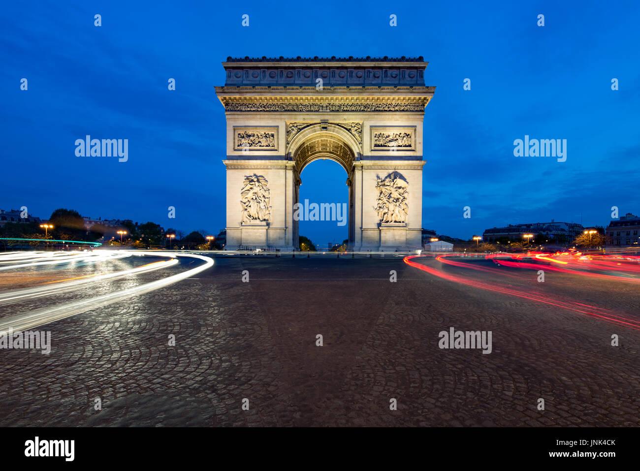 Paris rue le soir avec l'Arc de Triomphe à Paris, France. Photo Stock