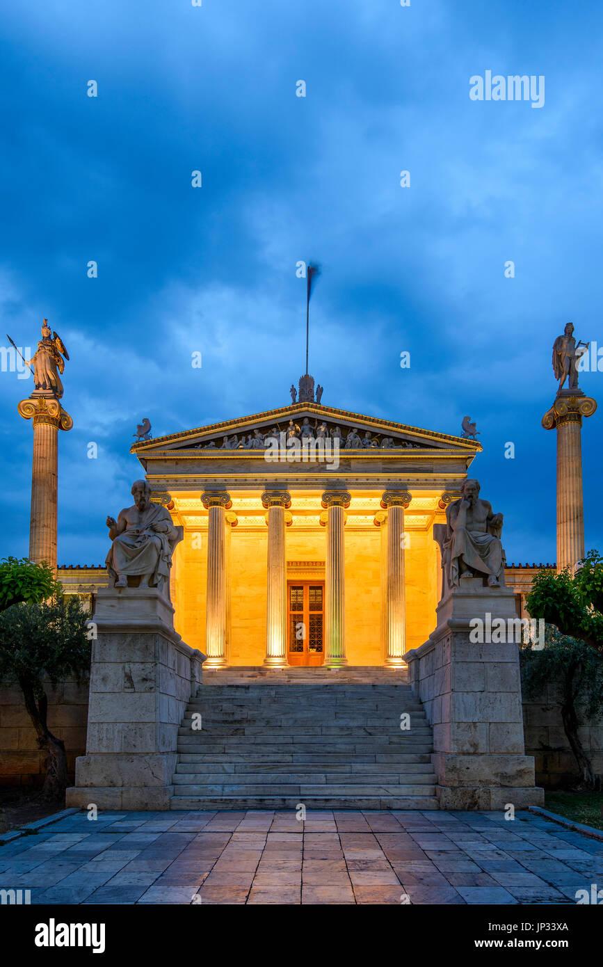 Vue de nuit sur le bâtiment principal de l'Académie d'Athènes, Athènes, Attique, Grèce Photo Stock