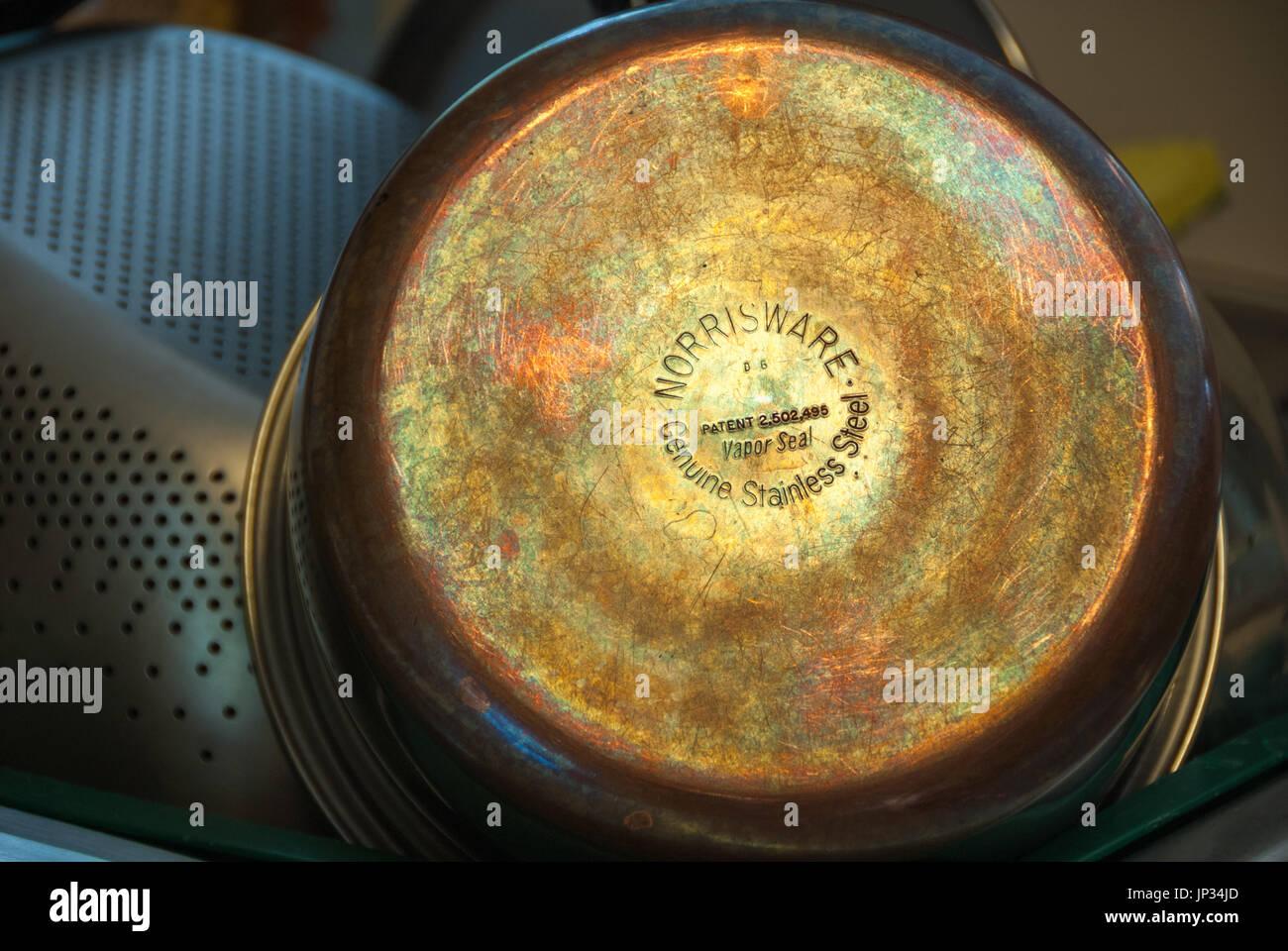 Réfléchissant la Lumière révèle la couleur de cuivre patine magnifique bas de cuisine. Photo Stock