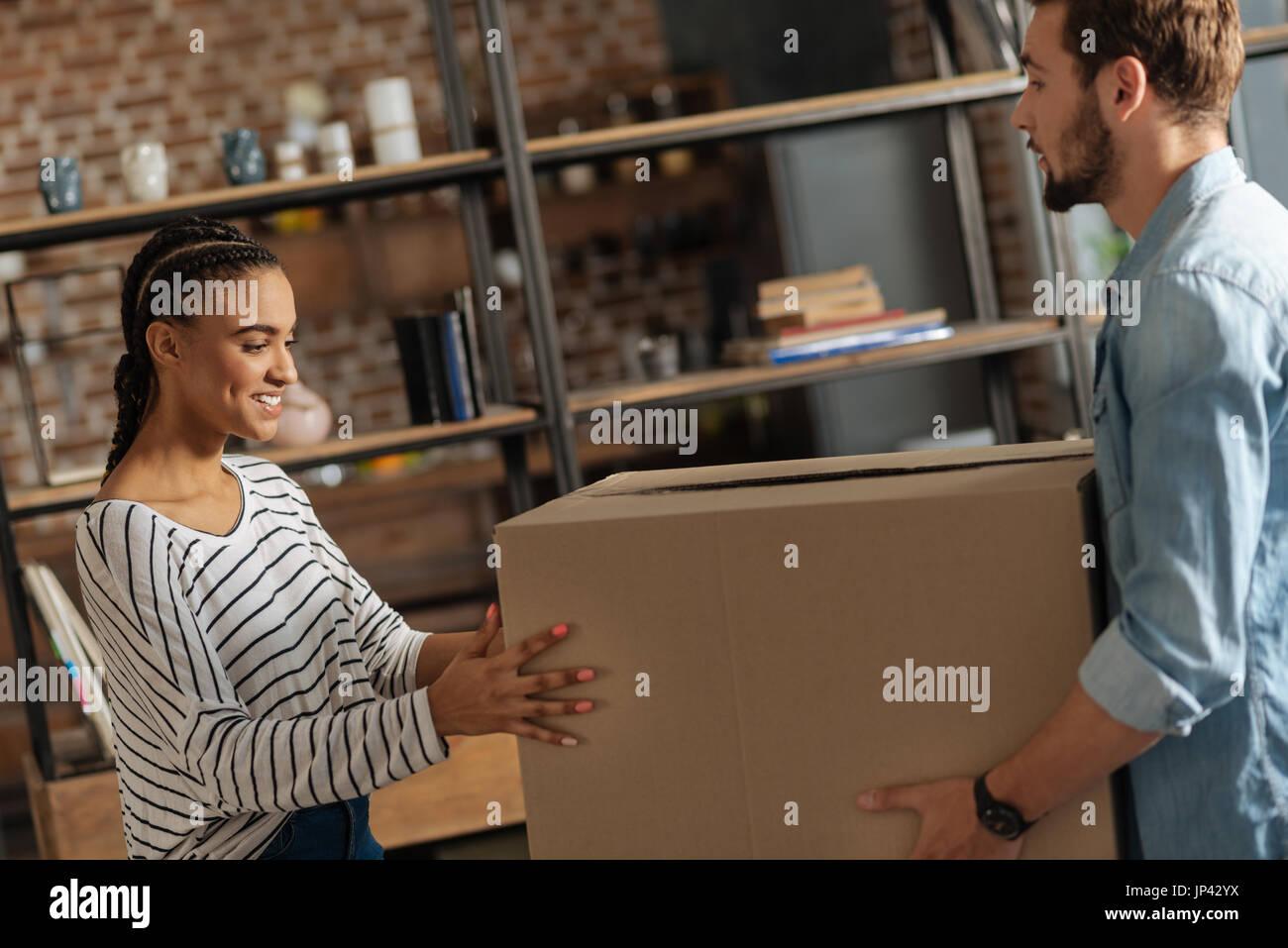 International positif femme posant ses mains sur fort Photo Stock