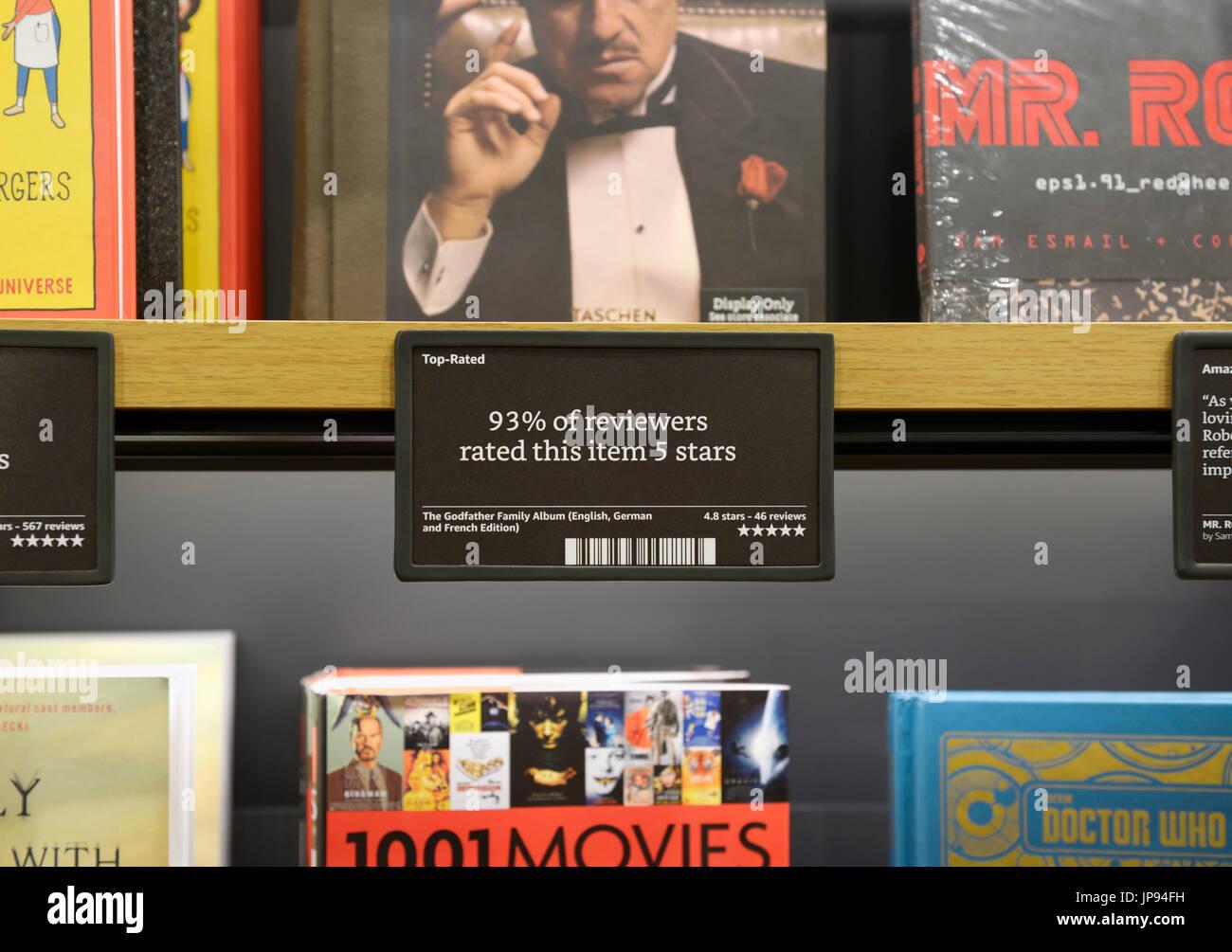 Livres sur des étagères à livres d'Amazon store avec commentaires et évaluations , NJ Photo Stock