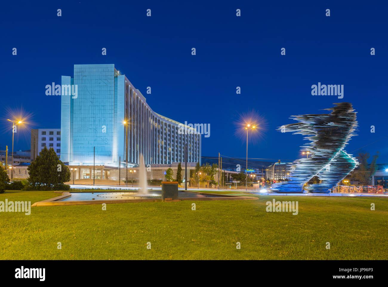 Statue de coureur en face de l'hôtel Hilton d'Evangelismos dans le centre d'Athènes Photo Stock