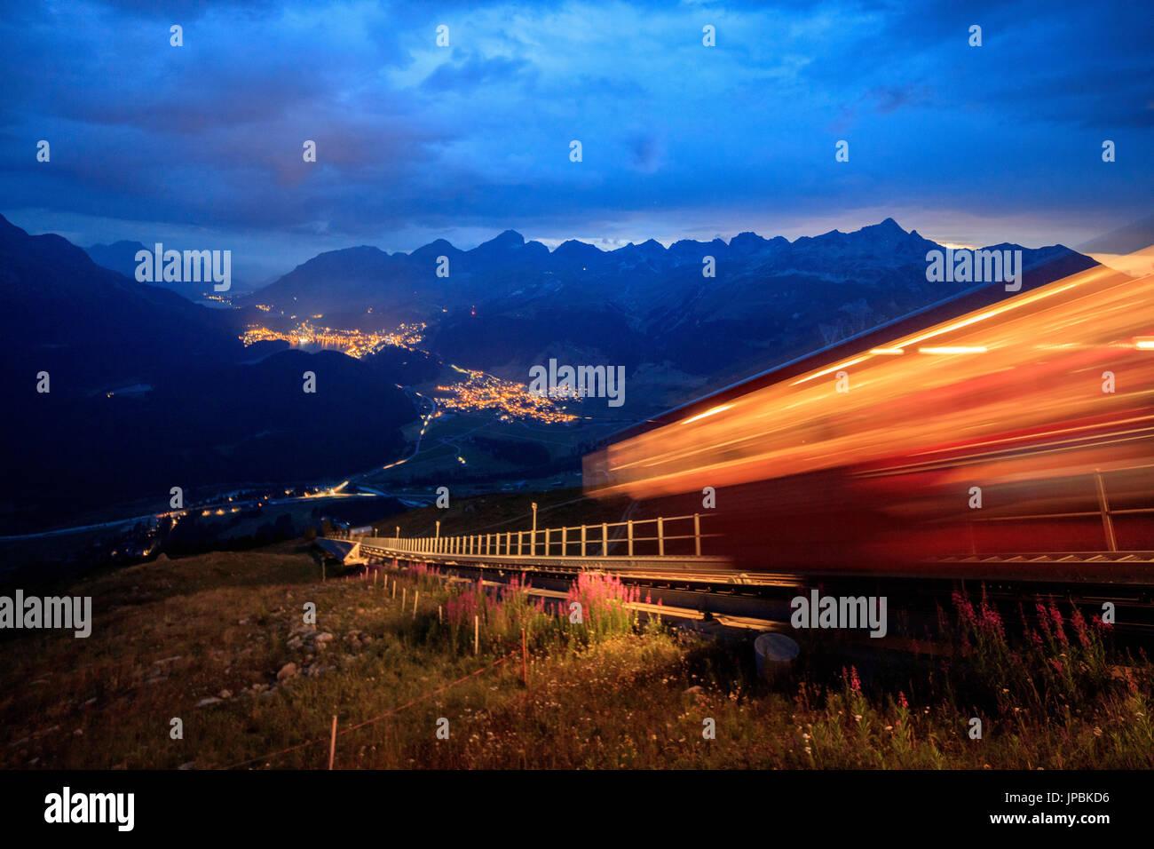 Sur le funiculaire de montagnes abruptes, éclairé par la tombée de Muottas Muragl St.Moritz Engadine Canton des Grisons Suisse Europe Photo Stock