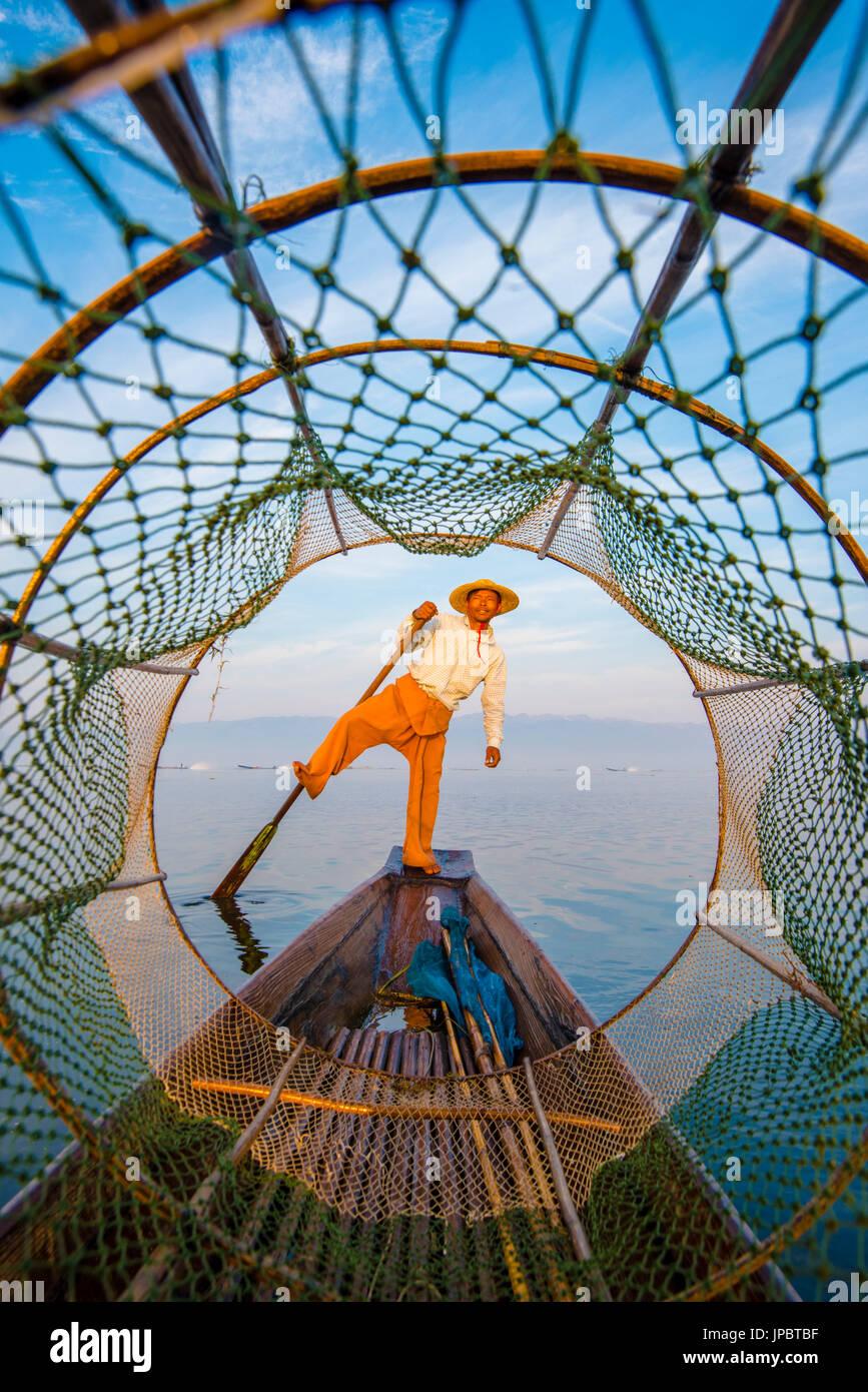 Lac Inle, Nyaungshwe township, Yangon, Myanmar (Birmanie). Le pêcheur local à travers le filet de pêche conique typique. Photo Stock