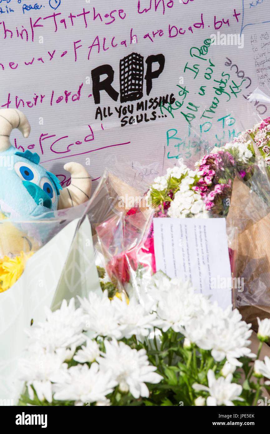 Hommages Et Messages De Condoléances Sur Le Mur Commémoratif