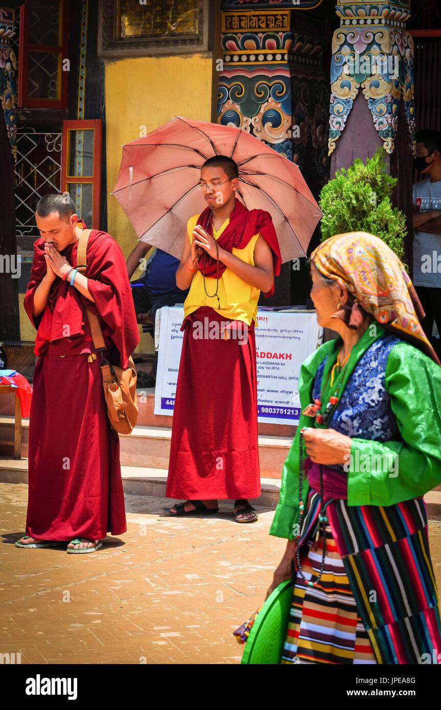 Les moines bouddhistes priant au stupa Bouddhanath, Katmandou, Népal, Asie Photo Stock