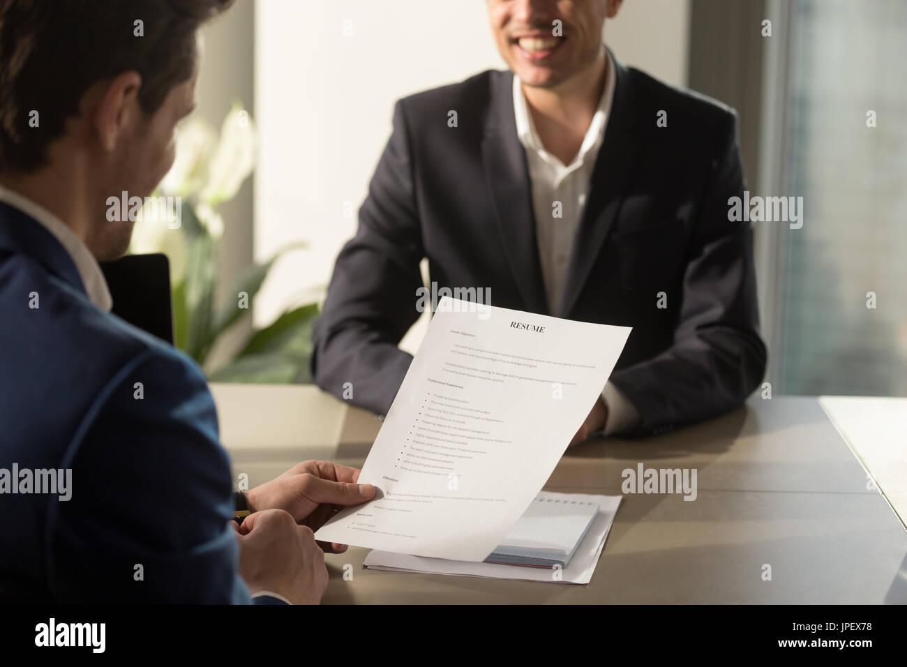 La conduite de l'employeur, l'entrevue d'examiner bon curriculum vitae de succ Photo Stock