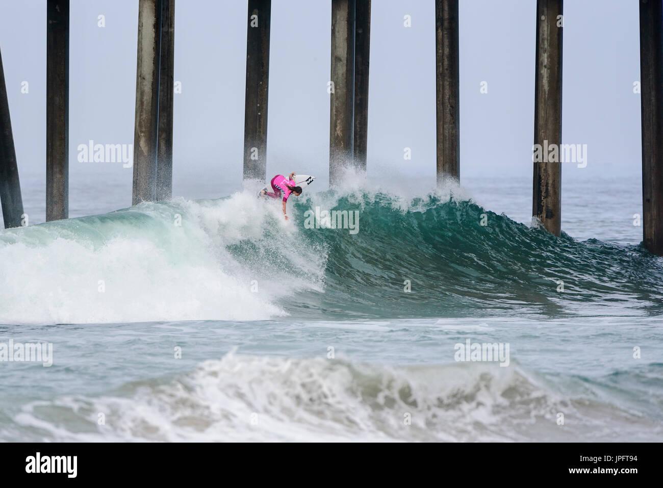 Huntington Beach, USA. 01 août, 2017. Surfeur local et favori du Courtney Conlogue (USA) remporte sa série 1 et série 2 chauffe pendant la première journée de compétition à la Women's 2017 CARS US Open de surf, le mardi, 01 août, 2017. Credit: Benjamin Ginsberg/Alamy Live News. Photo Stock