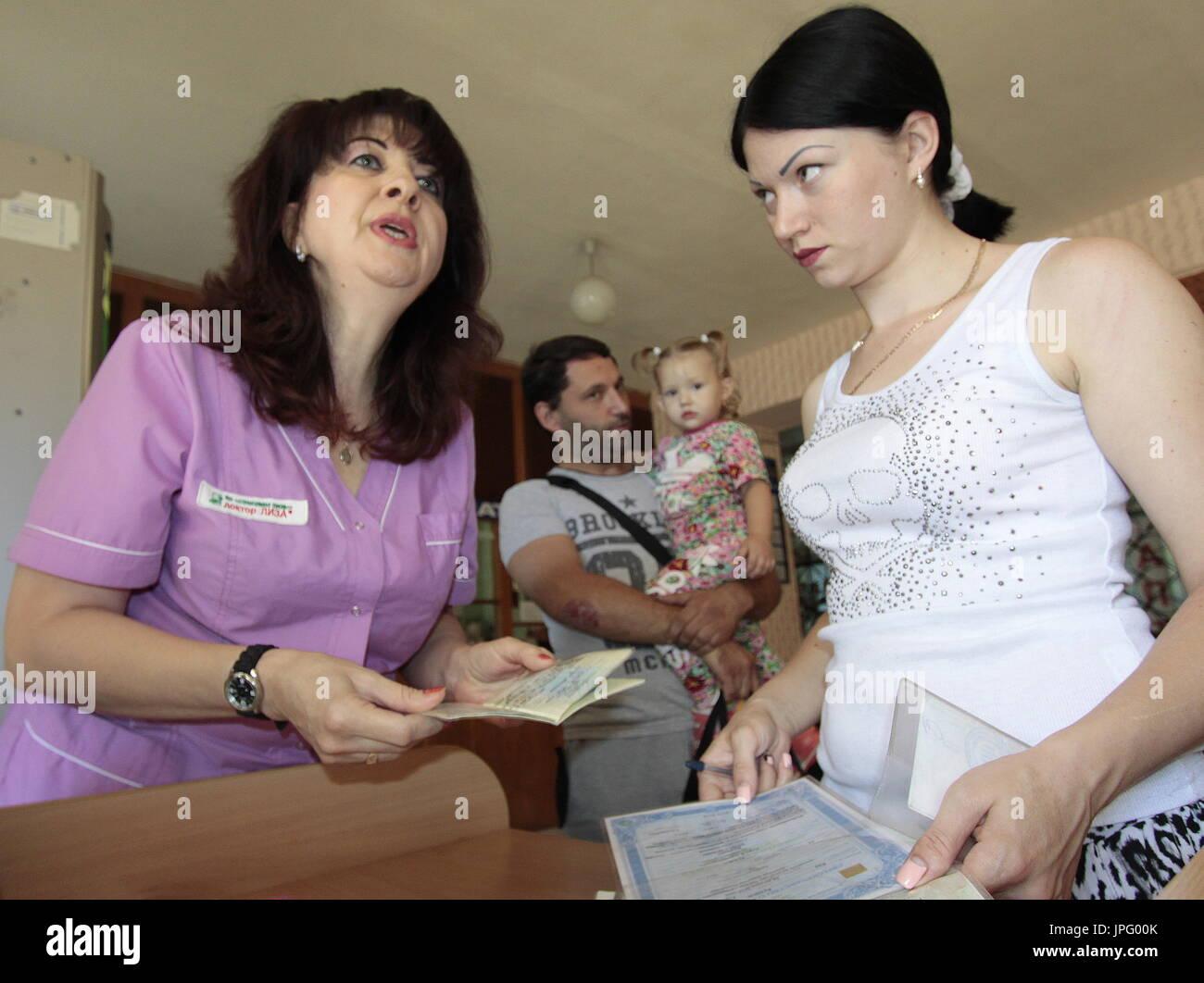 Donetsk, Ukraine. 1er août 2017. Tatyana Svetlichnaya, représentant de l'office de tourisme de Donetsk Spravedlivaya Pomoshch Doktora Lizy, à l'Hôpital clinique des enfants républicaine à Donetsk, une ville de l'Ukraine est contrôlé par la République populaire de Donetsk; sept enfants en difficulté sont envoyés pour traitement à la Russie par Spravedlivaya Pomoshch Doktora Lizy, une organisation caritative internationale. Credit: Valentin/Sprinchak TASS/Alamy Live News Banque D'Images