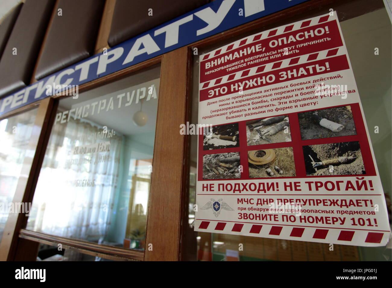 Donetsk, Ukraine. 1er août 2017. Un avertissement à propos de l'affiche à l'avant dispositifs explosifs 24 dans l'enfant de l'Hôpital républicain clinique à Donetsk, une ville de l'Ukraine est contrôlé par la République populaire de Donetsk; sept enfants en difficulté sont envoyés pour traitement à la Russie par Spravedlivaya Pomoshch Doktora Lizy, une organisation caritative internationale. Credit: Valentin/Sprinchak TASS/Alamy Live News Banque D'Images