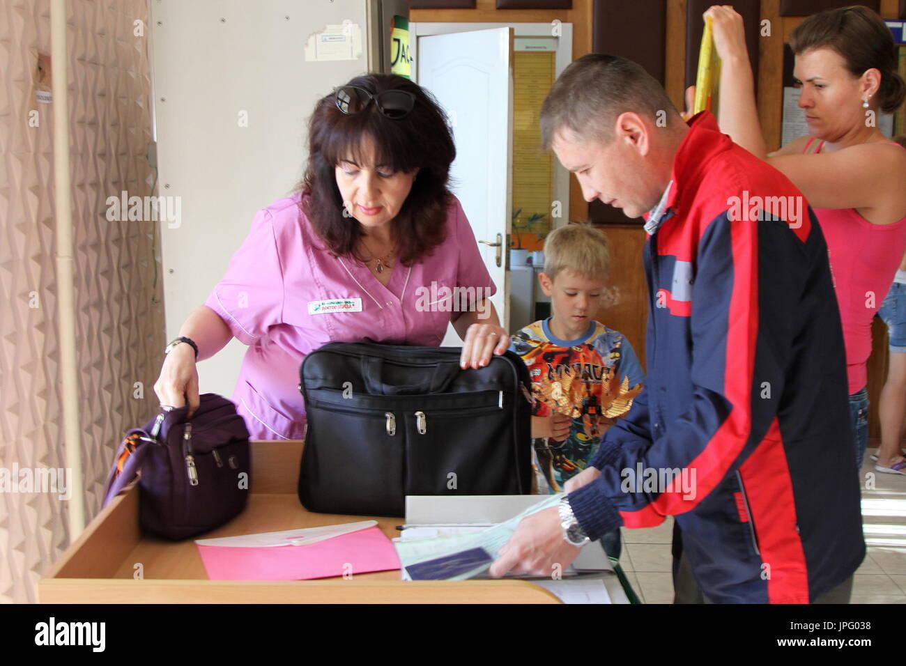 Donetsk, Ukraine. 1er août 2017. Tatyana Svetlichnaya, représentant de l'office de tourisme de Donetsk Spravedlivaya Pomoshch Doktora Lizy (L), à l'Hôpital clinique des enfants républicaine à Donetsk, une ville de l'Ukraine est contrôlé par la République populaire de Donetsk; sept enfants en difficulté sont envoyés pour traitement à la Russie par Spravedlivaya Pomoshch Doktora Lizy, une organisation caritative internationale. Credit: Valentin/Sprinchak TASS/Alamy Live News Banque D'Images