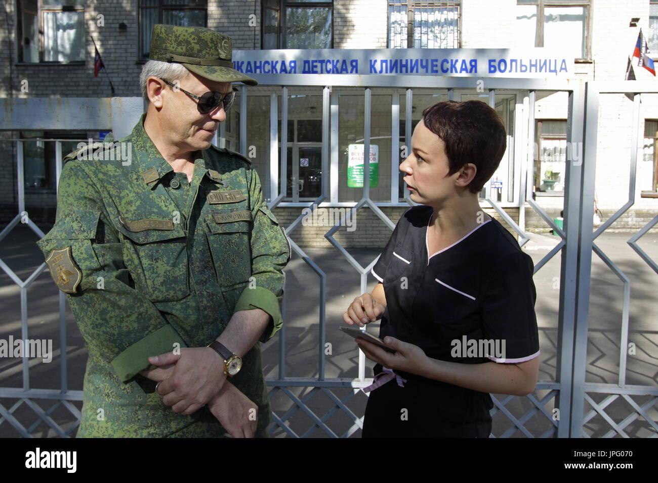 """Donetsk, Ukraine. 1er août 2017. Le commandant adjoint de la République populaire de Donetsk est le commandement opérationnel, Eduard Basurin (L), et Natalya Avilova, chef de l 'aide pour le sud-est de l'Ukraine"""" et """"pour les enfants de la Syrie, des projets à l'Hôpital clinique des enfants républicaine à Donetsk, une ville de l'Ukraine est contrôlé par la République populaire de Donetsk; sept enfants en difficulté sont envoyés pour traitement à la Russie par Spravedlivaya Pomoshch Doktora Lizy, une organisation caritative internationale. Credit: Valentin/Sprinchak TASS/Alamy Live News Banque D'Images"""