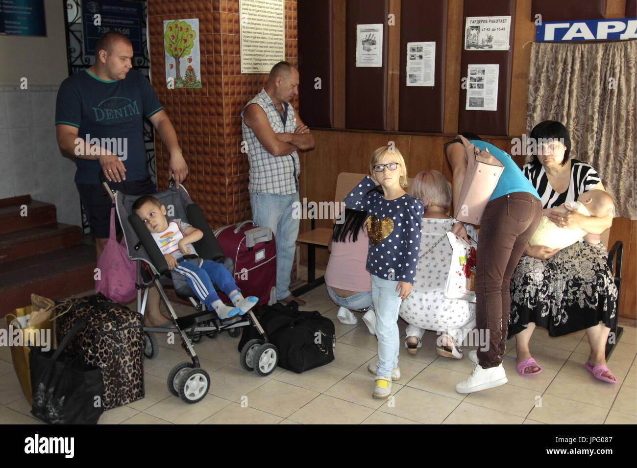 Donetsk, Ukraine. 1er août 2017. Les parents et leurs enfants à l'Hôpital clinique des enfants républicaine à Donetsk, une ville de l'Ukraine est contrôlé par la République populaire de Donetsk; sept enfants en difficulté sont envoyés pour traitement à la Russie par Spravedlivaya Pomoshch Doktora Lizy, une organisation caritative internationale. Credit: Valentin/Sprinchak TASS/Alamy Live News Banque D'Images