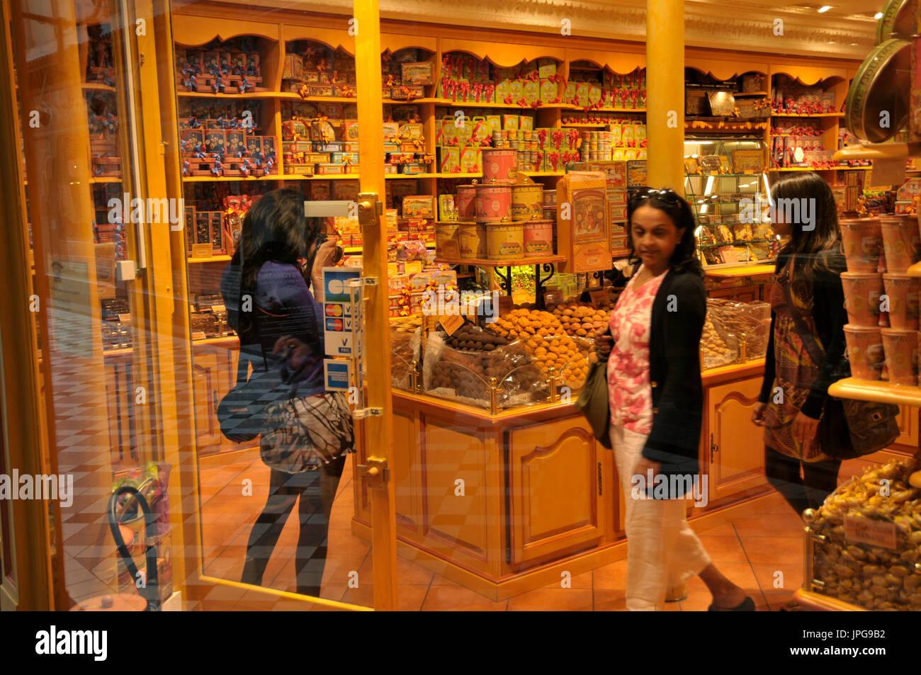 Les touristes de navigation dans La Cure Gourmande sweet shop dans Passage Jouffroy, Boulevard Montmartre, Paris, Banque D'Images