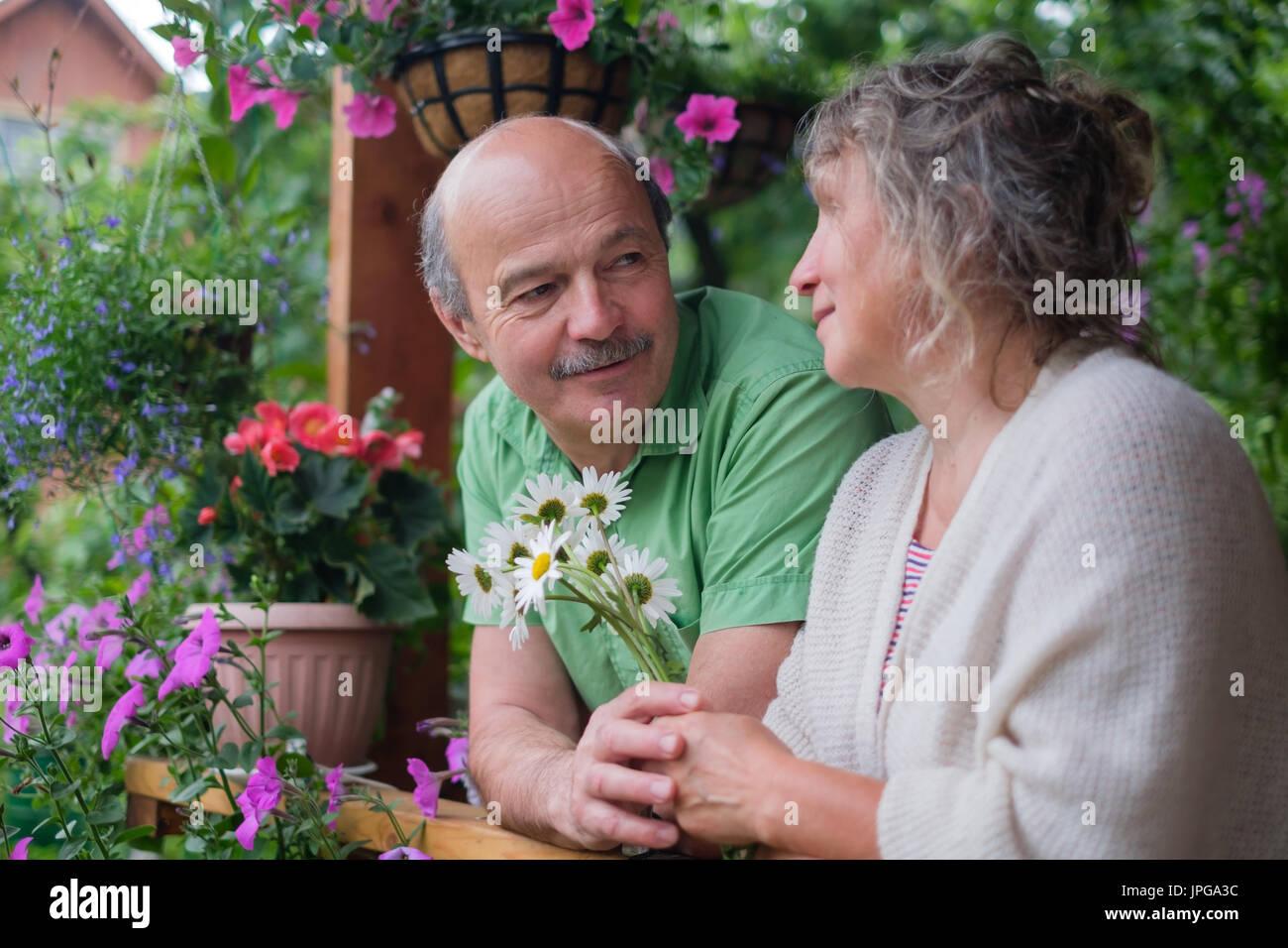 Cheerful senior couple enjoying life at maison de campagne Photo Stock
