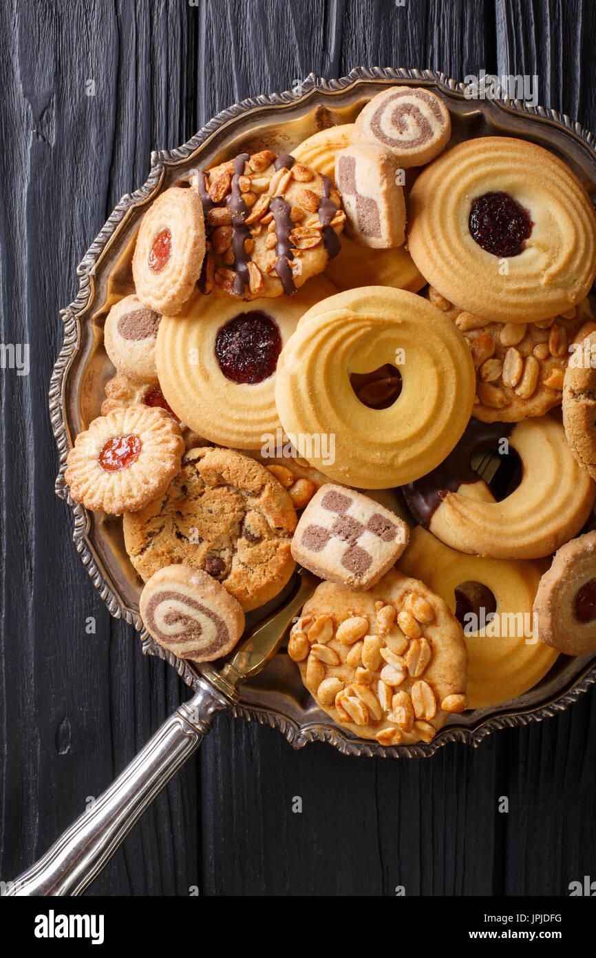 Biscuit mix avec divers matériaux sur une plaque close up, vertical Vue de dessus Banque D'Images