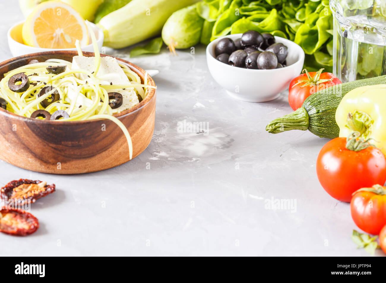 Les pâtes de courgettes aux olives et le tofu. Repas végétarien de légumes et de tofu. L'amour pour une saine nourriture vegan concept. Photo Stock