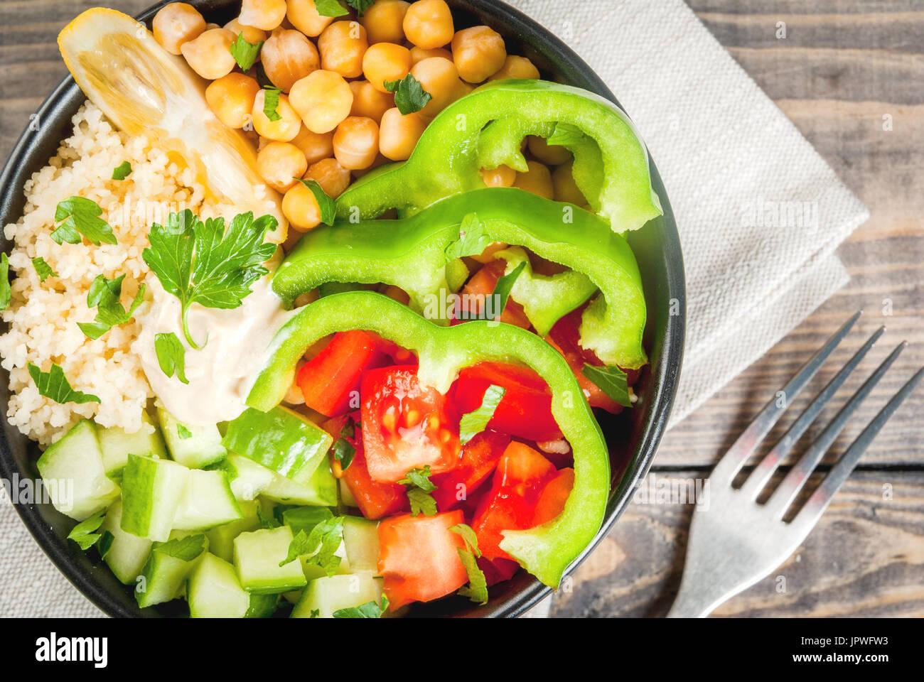 La saine alimentation, l'alimentation. De légumes végétarien bol bouddha - couscous (quinoa), pois chiches, tomates, Banque D'Images
