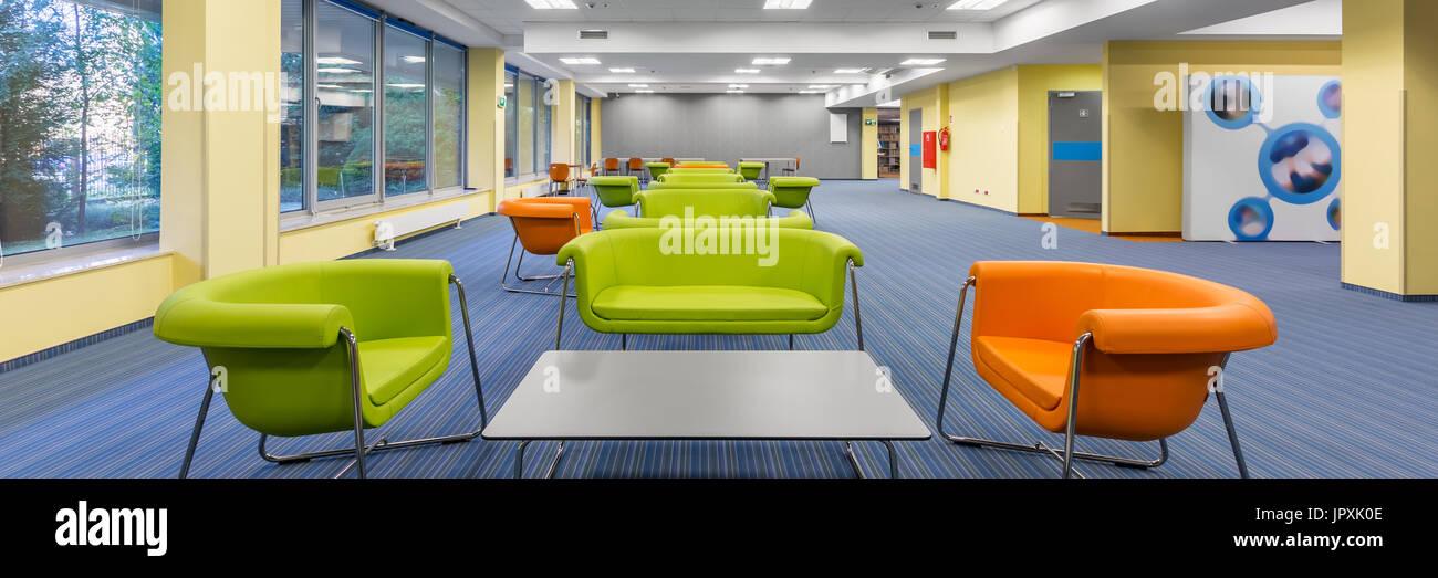 Panorama de l\'intérieur bureau moderne avec un salon coloré ...