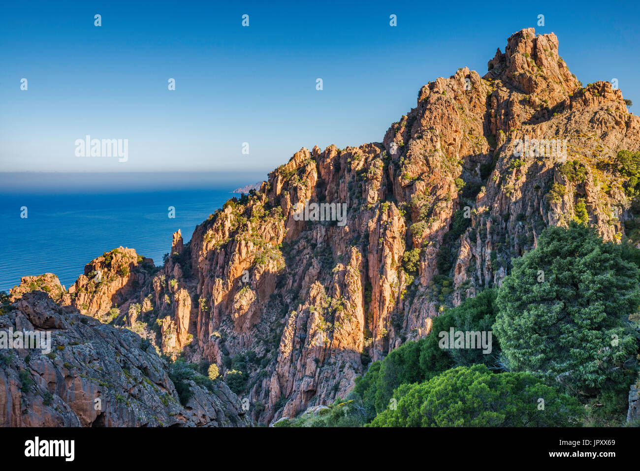 Les roches de granite porphyrique Orange, à les Calanche de Piana, Site du patrimoine mondial de l'UNESCO, Corse-du-Sud, Corse, France Photo Stock