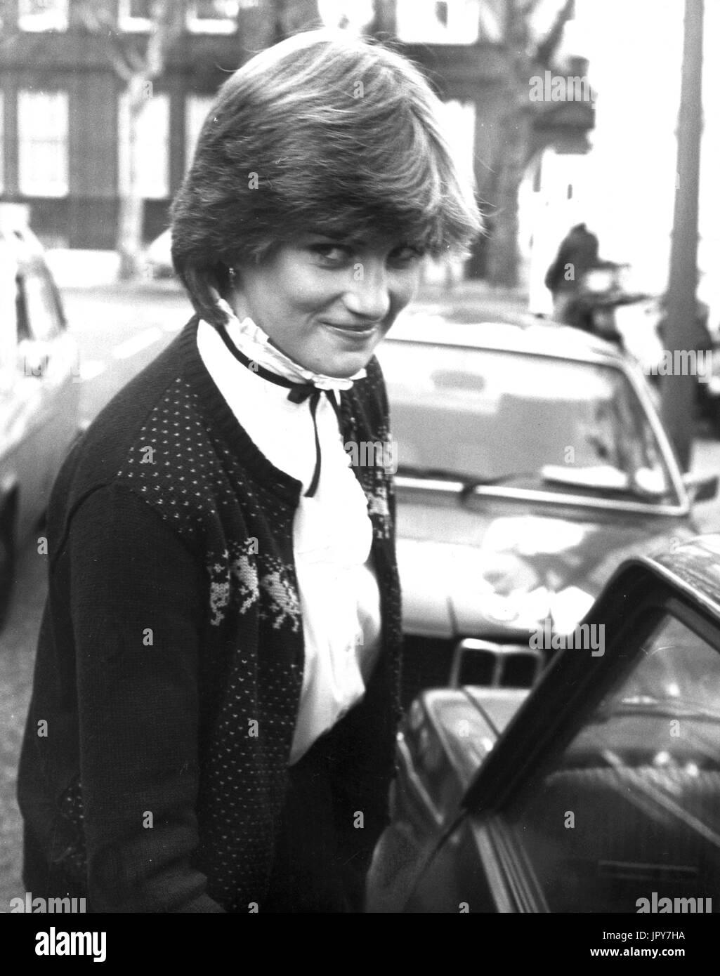 31 août 2017 marque 20 ans depuis la mort de la princesse Diana. La princesse Diana meurt de blessures graves dans les premières heures du 31 août 1997 après un accident de voiture à Paris. Sur la photo: Nov 15, 1980 - Londres, Angleterre, Royaume-Uni - 19 ans, Lady Diana Spencer, comme elle l'appelait à l'époque, revient à son appartement au tout début de sa relation avec le Prince Charles. Crédit: KEYSTONE Photos USA/ZUMAPRESS.com/Alamy Live News Banque D'Images