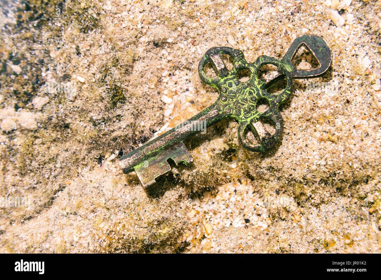 Clé de trésor perdu au fond de la mer. Occasion ou concept de mystère. Photo Stock