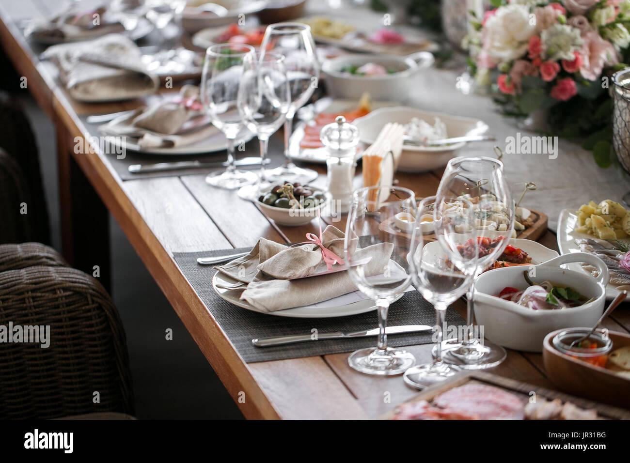 Linge de maison textile. Table décorée, un plat de serviette sont soigneusement disposées, fourchette et couteau. Photo Stock