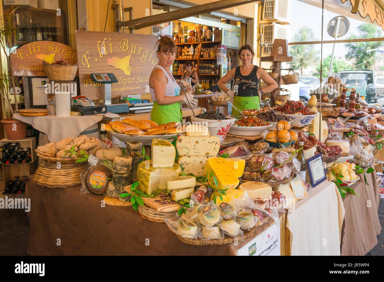Marché alimentaire de la Sicile, un populaire typiquement sicilienne vente Charcuterie produire dans le marché sur l'île de Ortigia (Ortigia), Syracuse, Sicile, Photo Stock