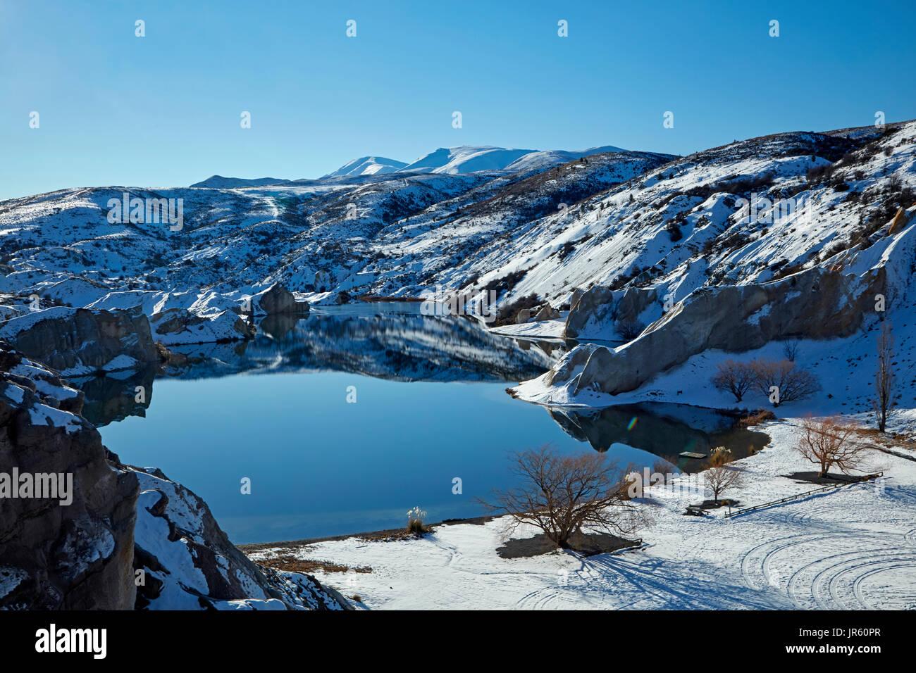 La neige autour du Lac Bleu, St Bathans, Maniototo, Central Otago, île du Sud, Nouvelle-Zélande Photo Stock