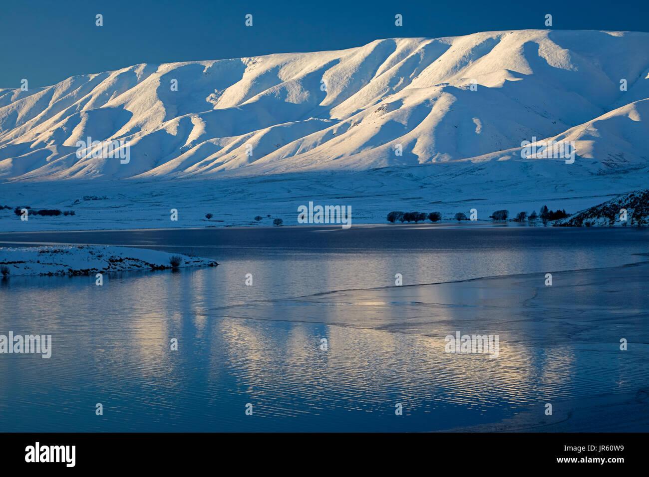 Gamme Hawkdun et Barrage des chutes en hiver, Maniototo, Central Otago, île du Sud, Nouvelle-Zélande Photo Stock